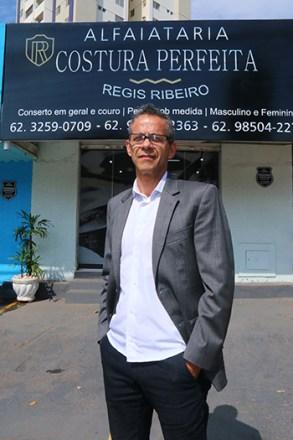 Com foco na costura de alto padrão, Reginaldo Ribeiro buscou ajuda para mudar a identidade visual da alfaiataria | Foto: Fernando Leite/Jornal Opção