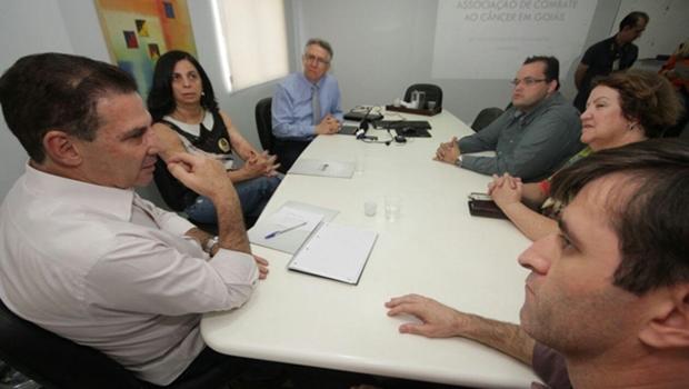 Vanderlan visita a Associação de Combate ao Câncer em Goiás e propõe parceria
