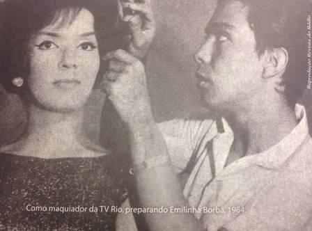 Rogéria (ainda Astolfo) maquiando a cantora Emilinha Borba