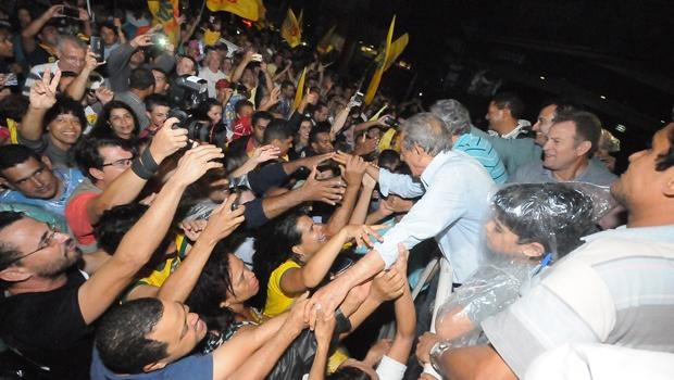 Sob chuva, Iris comemora vitória com apoiadores na Praça Tamandaré