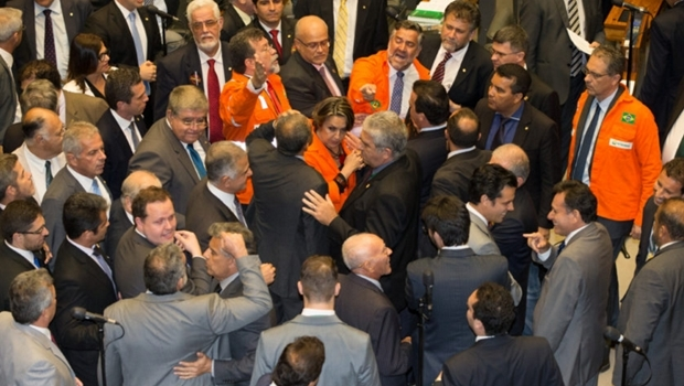 Votações de requerimentos que desobriga a Petrobras a participar de todos os consórcios de exploração dos campos do pré-sal. Deputado Laerte Bessa (PR-DF) discute com deputado Paulo Pimenta (PT-RS) durante a discussão de requerimentos   Foto: Lula Marques/ AGPT