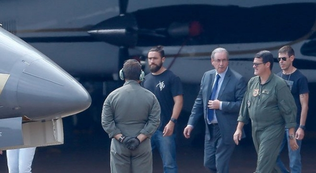 Ex-deputado federal Eduardo Cunha é escoltado por policiais federais
