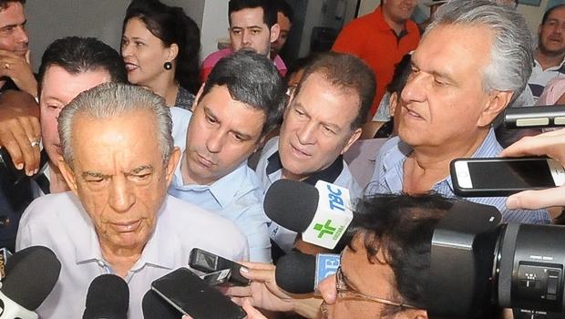 Iris Rezende durante coletiva, após votação no Marista; acompanhado do vice, Major Araújo e o senador Ronaldo Caiado | Foto: Paulo José
