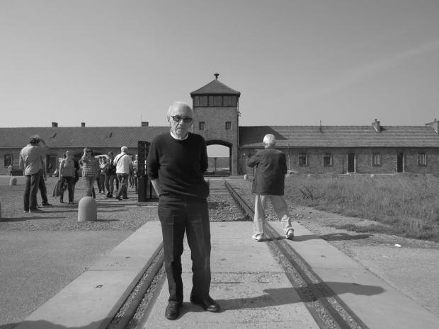 """Andor Stern, sobrevivente de Auschwitz e de vários campos de concentração: """"Em paz não estou porque não dá. A injustiça é latente. Mas aprendi que, enquanto houver vida, há esperança"""". A fotografia mostra sua volta ao campo de extermínio"""
