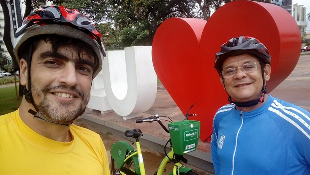 O repórter Elder Dias e o diretor-técnco da CMTC, Sávio Afonso, com a Mobike Gyn, a bicicleta compartilhada de Goiânia | Foto: Elder Dias