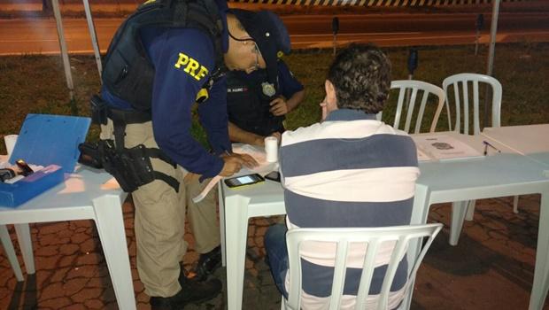 """Polícia flagra 77 motoristas embriagados durante """"Show da Virada"""" em Goiânia"""