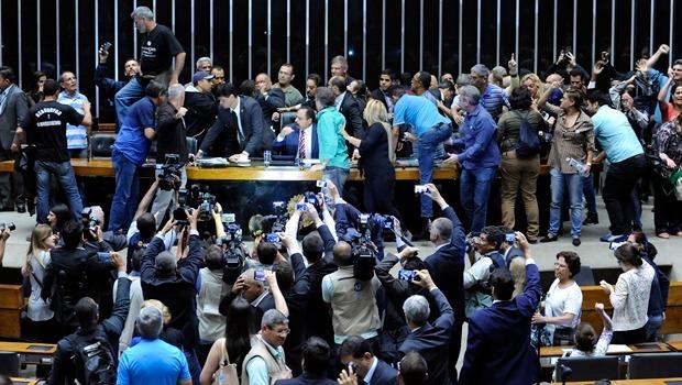 Plenário da Câmara é invadido por manifestantes que pedem intervenção militar