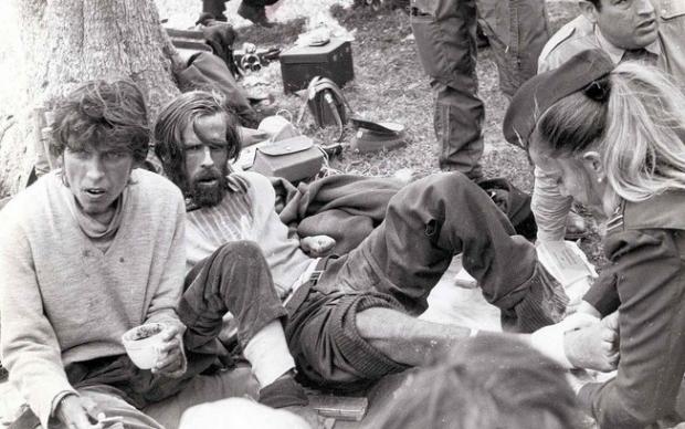 Sobreviventes sendo atendidos após o resgate, depois de 72 dias de sofrimento