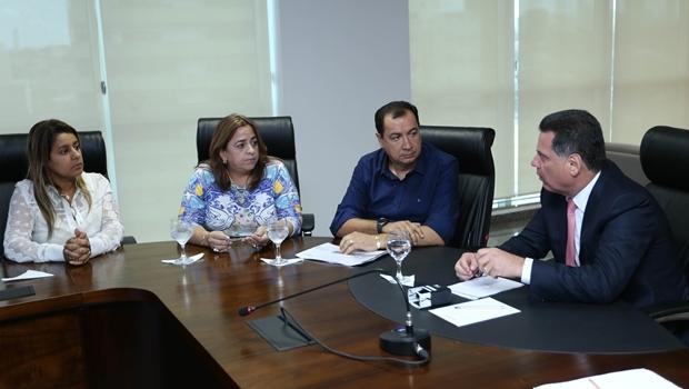 Prefeito Hildo do Candango durante reunião com governador