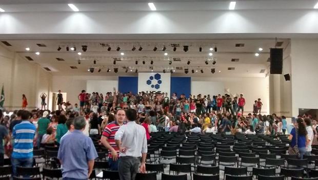 Estudantes invadem assembleia de professores da UFG e inviabilizam votação sobre greve