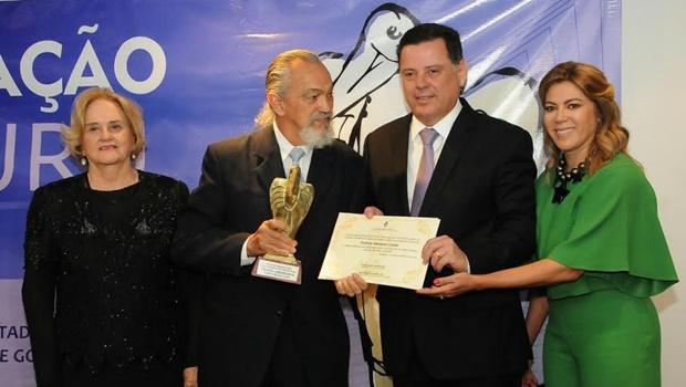 Marconi e Valéria Perillo entregam Troféu Jaburu ao músico Estércio Marquez
