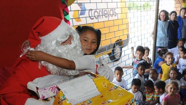 Entrega dos presentes da campanha de Natal dos Correios | Foto: Everson Bressan/SMCS