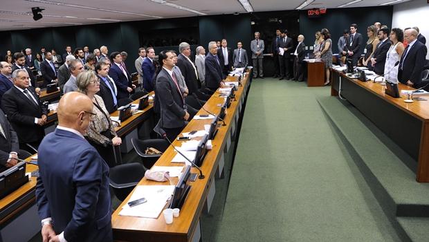 """""""Na calada da noite"""", Comissão aprova reforma da Previdência"""