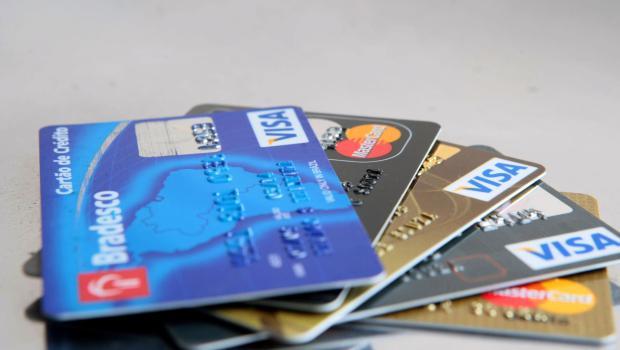Comissão aprova projeto de lei que proíbe preço mínimo para compras com cartão