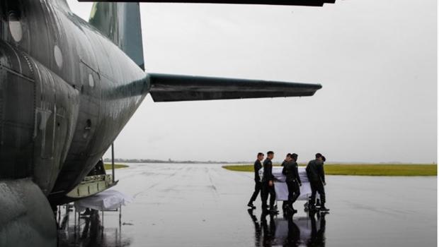 Debaixo de chuva e muita emoção, corpos de vítimas são recebidos em Chapecó