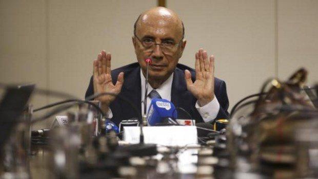 O ministro Henrique Meirelles concede entrevista a jornalistas após café da manhã | Foto: Antônio Cruz/Agência Brasil