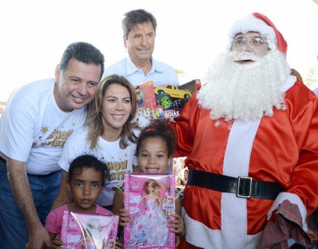 Maguito, Marconi e a primeira dama do Estado, Valéria Perillo, entregam presentes as crianças de Aparecida de Goiânia | Foto: Divulgação