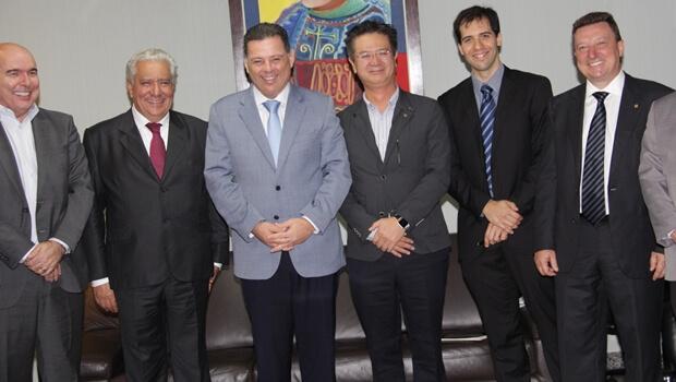 Marconi discute instalação de usina solar em Goiás