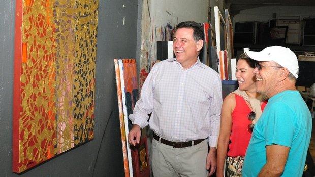 Marconi e Valéria Perillo visitaram ateliê de Siron Franco nesta sexta-feira (9)   Foto: Henrique Luiz