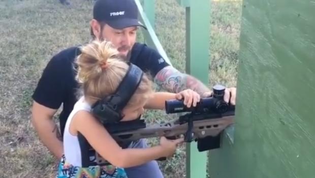 Vídeo de menina de 4 anos atirando com fuzil causa polêmica nas redes sociais