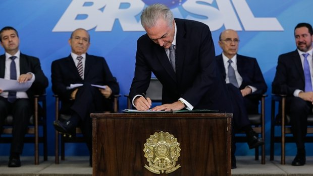 Presidente Michel Temer assina a Medida Provisória do Programa de Manutenção e Geração de Empregos | Foto: Marcos Corrêa/PR