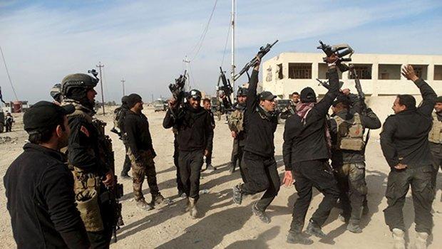 Soldados iraquianos festejam libertação de Ramadi: a maior preocupação agora é com a reconstrução das casas