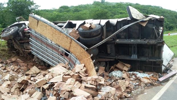 Motorista bêbado tomba caminhão em rodovia de Goiás com filho dentro do veículo