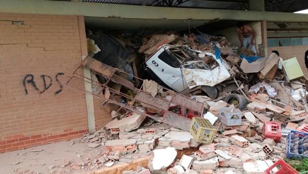Carreta invade rodoviária do interior de Goiás e três ficam feridos