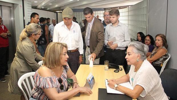 """Mesmo sem cargo, fotos oficiais mostram Dona Íris """"trabalhando"""" no Paço"""