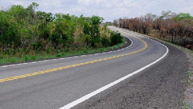 Motorista morre após acidente entre caminhão e carreta na BR-452
