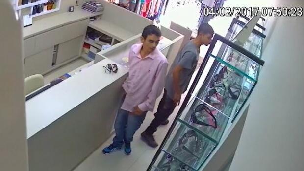 Câmeras de segurança mostram ação de quadrilha em roubo de joalheria no interior de Goiás