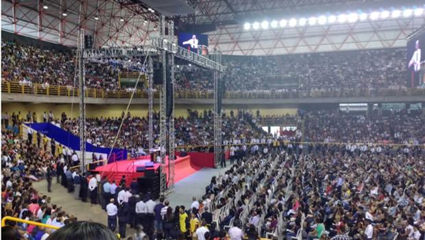 Evento com Edir Macedo reúne milhares de pessoas no Goiânia Arena