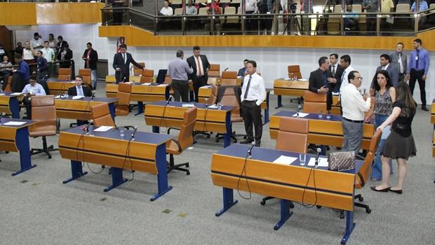Sem ar condicionado, vereadores são liberados do uso de paletó durante as sessões