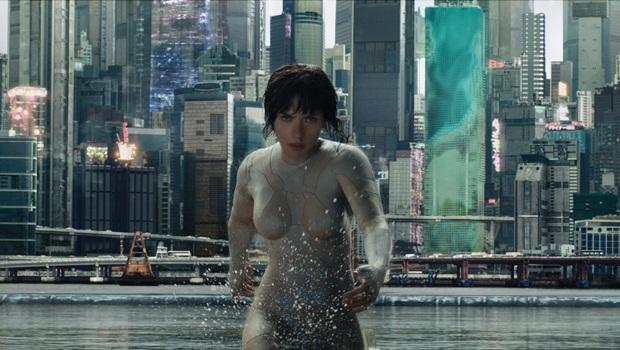 """Ainda que deslumbrante, Scarlett Johansson está no lugar errado em """"A Vigilante do Amanhã"""""""