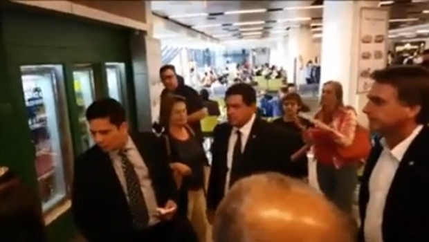 Bolsonaro tieta Moro em aeroporto, juiz não dá muita bola e vídeo viraliza