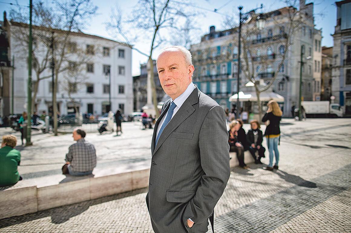 Político de Portugal para entrevista porque TV o interrompeu pra mostrar técnico Mourinho. Veja vídeo