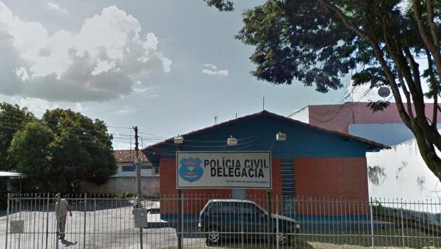 Justiça goiana afasta delegado e agente de polícia por suspeita de cobrança ilegal de fiança