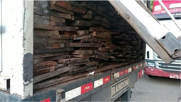 PRF flagra carregamento de madeira ilegal no interior de Goiás