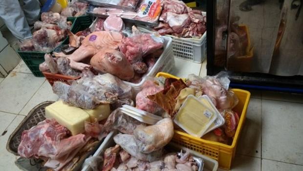 Operação apreende 400 quilos de carne estragada em supermercado no Novo Mundo