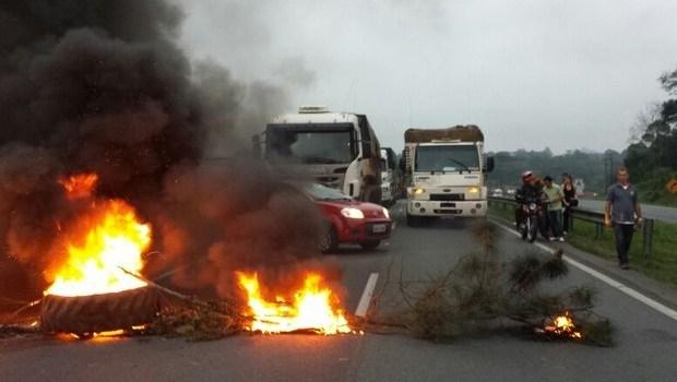 Vereador de Goiânia propõe proibição de queima de pneus em manifestações