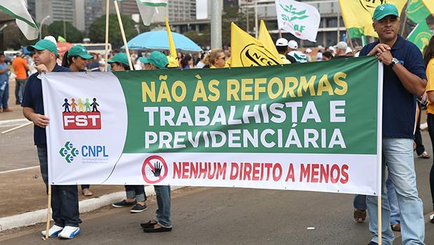Servidores federais de Goiás protestam contra reforma da Previdência em Goiânia