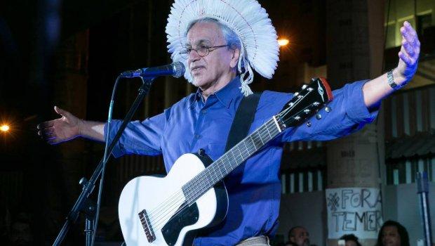 """Flávio Morgenstern disse que Caetano Veloso é """"pedófilo"""" e terá de indenizá-lo"""