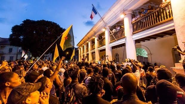 Resquício colonial da Europa na América do Sul se revolta contra a metrópole