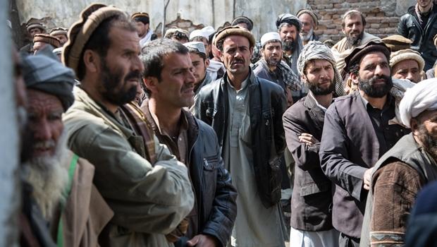 Ataque talibã deixa pelo menos 140 mortos no Afeganistão