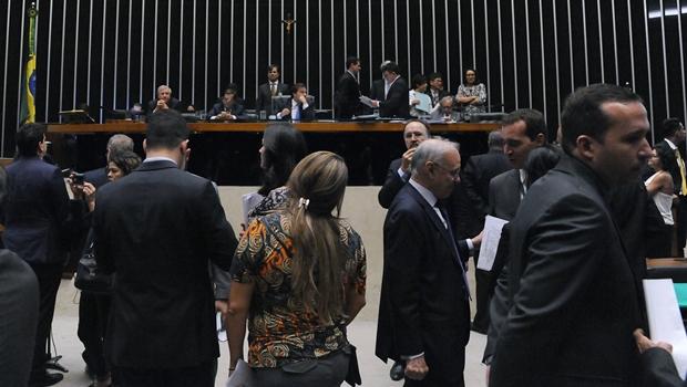 Relatório sobre denúncia contra Temer e ministros é lido em plenário