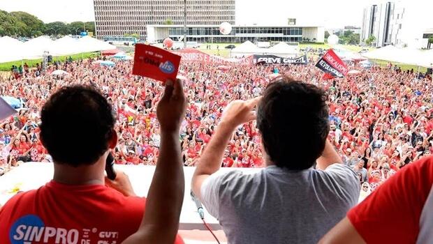 Professores ignoram multa de R$ 400 mil e continuam greve