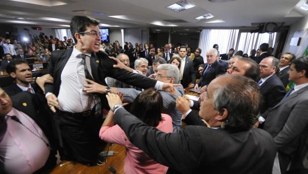 Após briga, relatório da reforma Trabalhista é dado como lido e encaminha votação