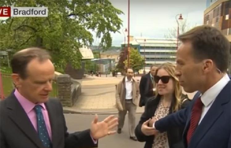 Jornalista de televisão pega no seio de uma mulher e leva um tapa. Veja vídeo