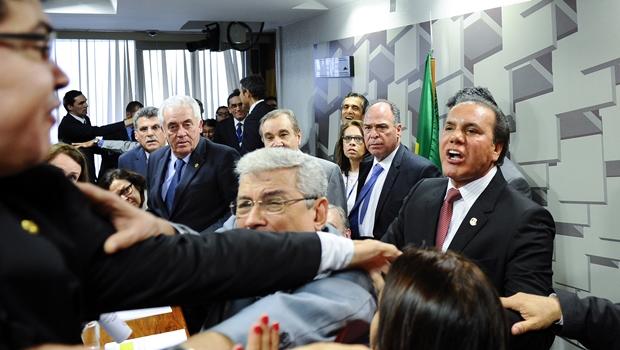 Ataídes Oliveira: um senador em busca dos holofotes