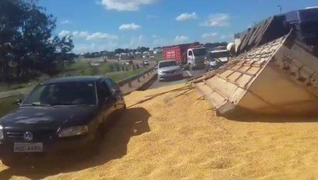 Caminhão carregado com 25 toneladas de milho capota e interdita BR-060